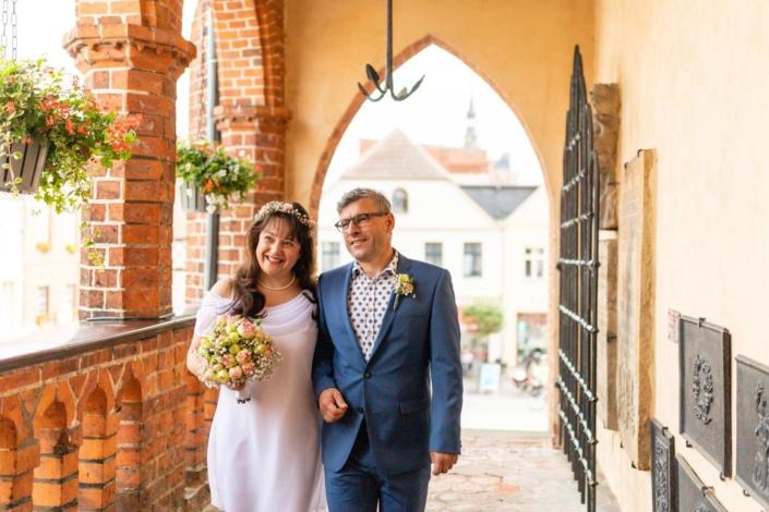 Hochzeitsreportage Tangermünde | Brautpaar bei der Ankunft zur Trauung
