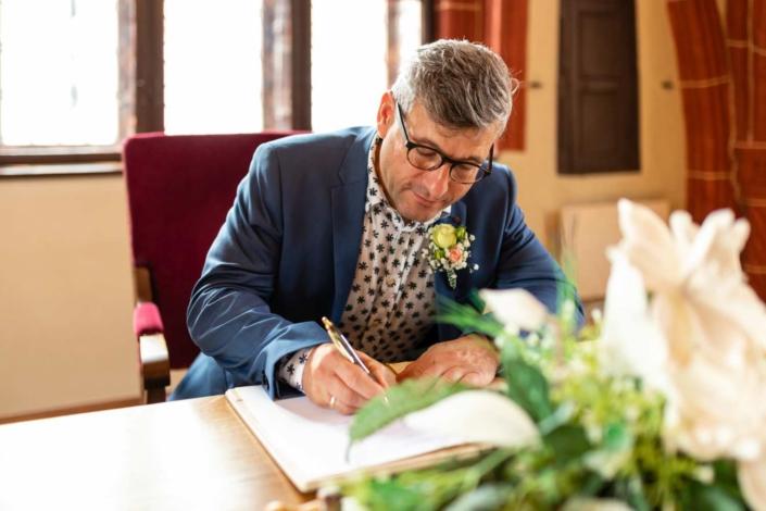 Hochzeitsreportage Tangermünde | Unterschrift des Bräutigam
