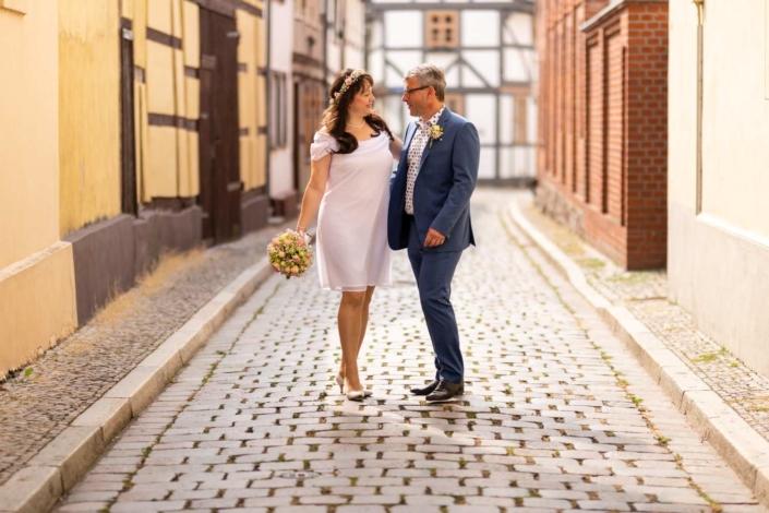 Hochzeitsreportage Tangermünde | Brautpaar steht umarmt in einer kleinen Seitengasse