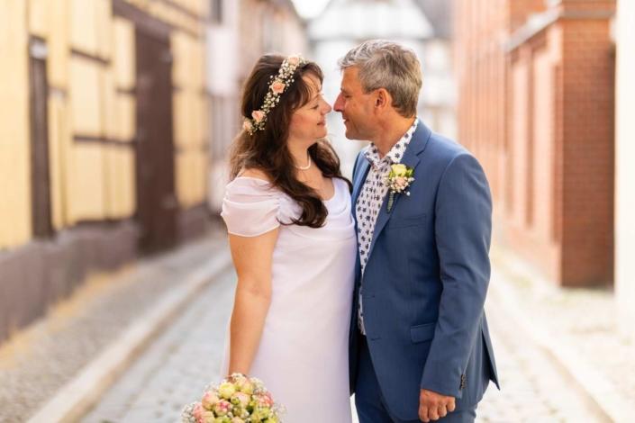 Hochzeitsreportage Tangermünde | Portrait in einer kleinen Seitengasse
