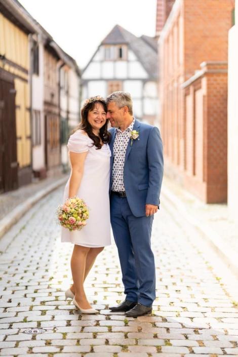 Hochzeit Tangermünde | Brautpaar steht umarmt in einer kleinen Seitengasse