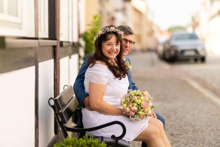 Hochzeitsreportage Tangermünde | Brautpaar sitzt auf einer Bank