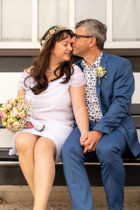 Hochzeit Tangermünde | Brautpaar sitzt auf einer Bank
