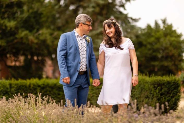 Hochzeitsreportage Tangermünde | Brautpaar Hand in Hand im Schlosspark