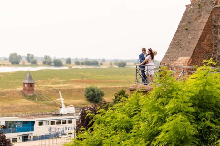 Hochzeitsreportage Tangermünde | Brautpaar steht an der Burgmauer