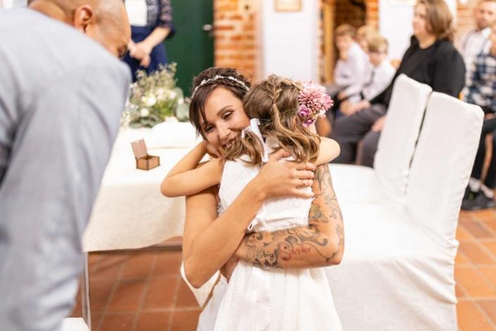 Hochzeit in Tangermünde - Trauung umarmung
