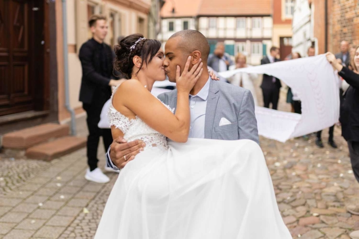 Hochzeit in Tangermünde - Kuss vor der Salzkirche